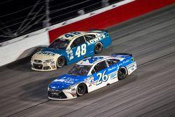 Jimmie Johnson, Hendrick Motorsports Chevrolet y J.J. Yeley, BK Racing Toyota