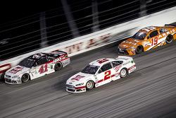 Kurt Busch, Stewart-Haas Racing Chevrolet y Brad Keselowski, Team Penske Ford y Carl Edwards, Joe Gi
