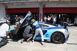La Mclaren MP4-12C GT3 #23 di Daniel Mancinelli e Ferdinando Geri al pit stop
