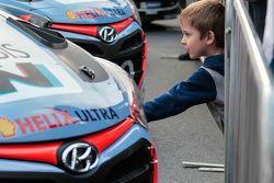 Un joven fan Hyundai