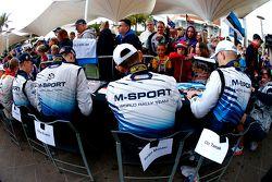Pilotos M-Sport firman autógrafos
