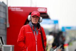 Доктор Вольфганг Ульрих, глава спортивного подразделения Audi на питлейне