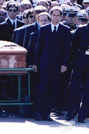 Gerhard Berger, Rubens Barrichello, Thierry Boutsen, Alain Prost y Damon Hill ayudar a llevar el ataúd de Ayrton Senna durante el cortejo fúnebre