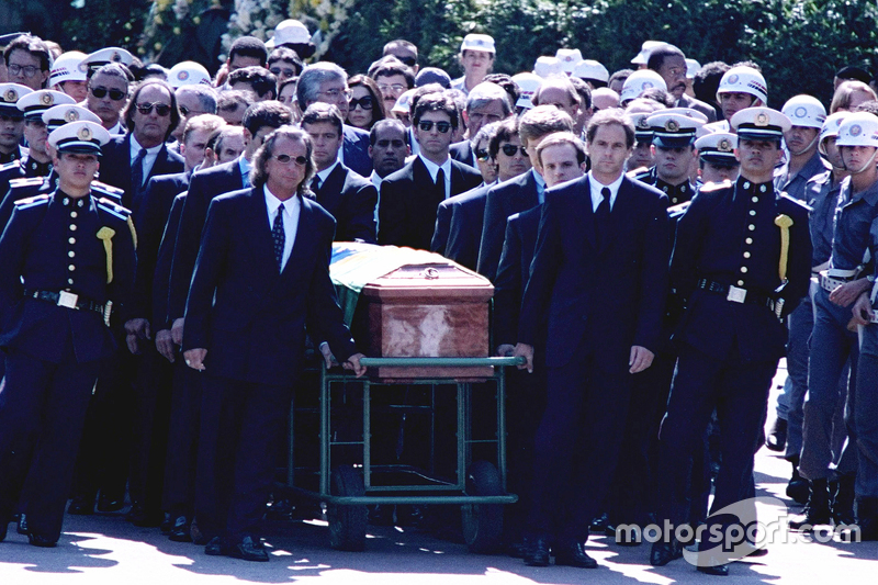 Emerson Fittipaldi, Jackie Stewart, Johnny Herbert, Derek Warwick, Gerhard Berger, Rubens Barrichello, Thierry Boutsen, Alain Prost e Damon Hill ajudam a carregar o caixão de Ayrton Senna durante seu funeral