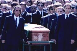 Emerson Fittipaldi, Jackie Stewart, Johnny Herbert, Derek Warwick, Gerhard Berger, Rubens Barrichello, Thierry Boutsen, Alain Prost und Damon Hill tragen den Sarg von Ayrton Senna