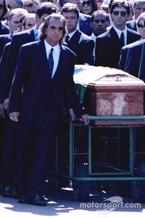 Emerson Fittipaldi, Jackie Stewart, Johnny Herbert, Derek Warwick y Damon Hill ayudan a llevar el ataúd de Ayrton Senna durante el cortejo fúnebre