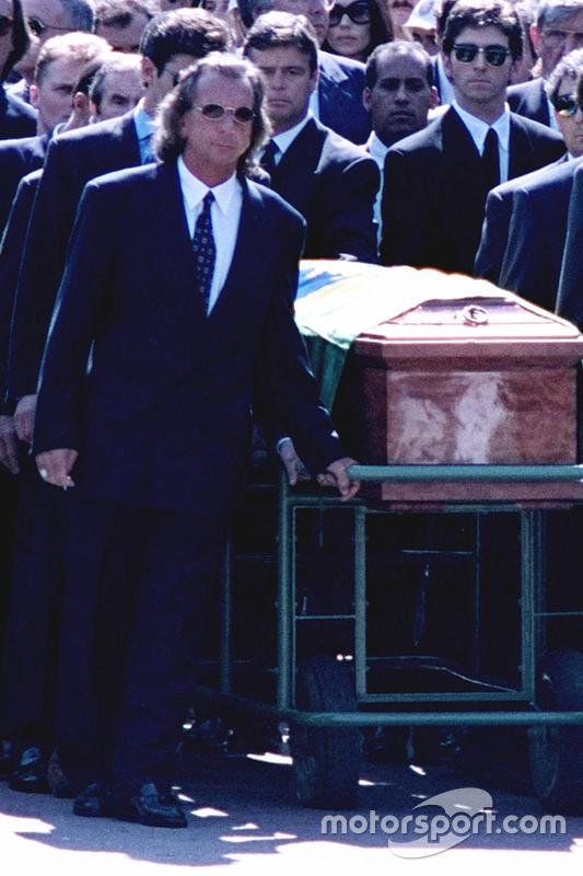 Emerson Fittipaldi, Jackie Stewart, Johnny Herbert, Derek Warwick e Damon Hill ajudam a carregar o caixão de Ayrton Senna durante seu funeral