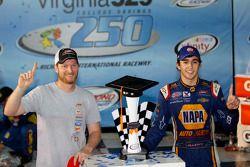 Ganador de la carrera Chase Elliott, JR Motorsports Chevrolet con Dale Earnhardt Jr.