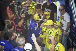 Valentino Rossi, de Yamaha Factory Racing, firmando autógrafos para los aficionados
