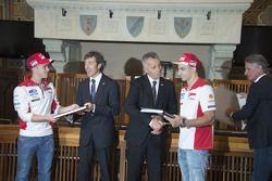 Andrea Dovizioso, Ducati y Andrea Iannone, Ducati Team, con las autoridades de San Marino