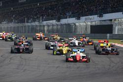 Départ : Oliver Rowland, Fortec Motorsports, mène la course