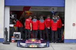 Mecánicos en la parte delantera del coche de Mattias Ekström, Audi Sport Team Abt Sportsline, Audi A
