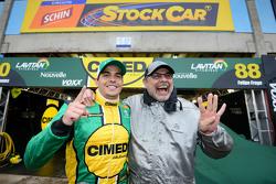 Marcos Gomes ve babası Paulo Gomes, pole pozisyonunu kutluyor