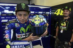 Valentino Rossi, Yamaha Factory Racing présente son casque spécial, avec Uccio Salucci