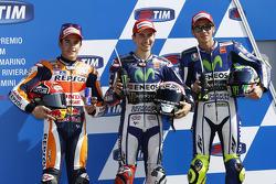 Peringkat kedua Marc Marquez, Repsol Honda Team, dan polesitter Jorge Lorenzo, dan peringkat ketiga Valentino Rossi, Yamaha Factory Racing di parc ferme after sesi kualifikasi