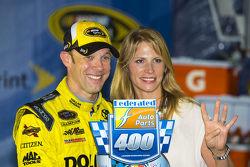 El ganador, Matt Kenseth, Joe Gibbs Racing Toyota con su esposa Katie