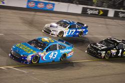 Aric Almirola, Richard Petty Motorsports Ford et Ricky Stenhouse Jr., Roush Fenway Racing Ford