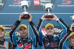 Podium: 1. Mark Winterbottom und Steve Owen, Prodrive Racing Australia Ford, feiern ihren Sieg