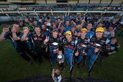 Le Prodrive Racing Australia Ford célèbre son succès avec Mark Winterbottom, Steve Owen, Chaz Mostert et Cameron Waters