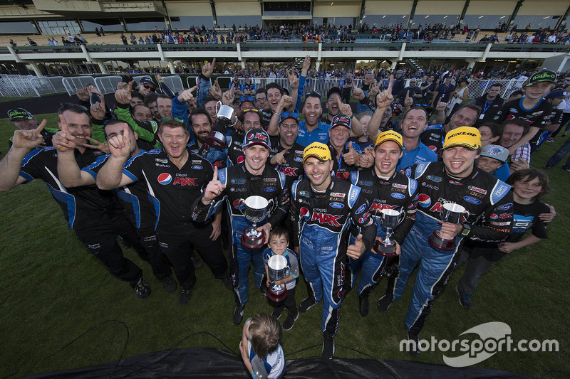 Prodrive Racing Australia Ford feiert mit Mark Winterbottom, Steve Owen, Chaz Mostert und Cameron Waters