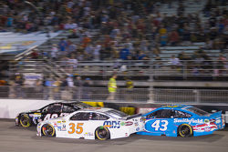 Cole Whitt, Front Row Motorsports Ford et Aric Almirola, Richard Petty Motorsports Ford