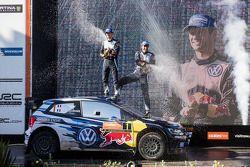 I vincitori del Rally d'Australia e campioni del mondo WRC 2015 Sébastien Ogier e Julien Ingrassia,
