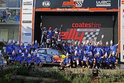 Les vainqueurs et champions du monde 2015 Sébastien Ogier et Julien Ingrassia, les deuxièmes, Jari-Matti Latvala et Miikka Anttila