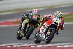 Andrea Iannone, Ducati Team, et Bradley Smith, Tech 3 Yamaha