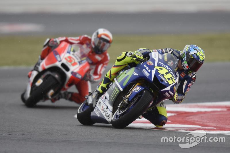 Valentino Rossi, Yamaha Factory Racing, und Michele Pirro, Ducati Team