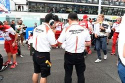 Bridgestone-Techniker in der Startaufstellung