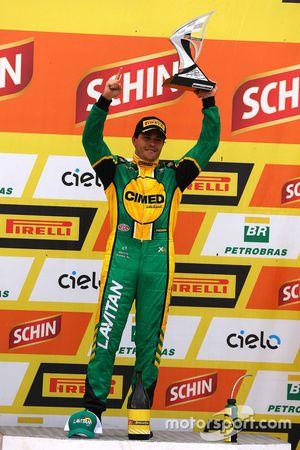 Marcos Gomes recebe troféu