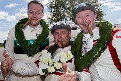 Ganadores del trofeo St Mary: Tom Kristensen, segundo lugar, Frank Stippler y tercer lugar, Gordon S