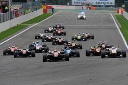 Старт. Впереди Витор Батиста, RP Motorsport, и Константин Терещенко, Campos Racing