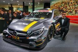 Паскаль Верляйн рядом с Mercedes C 63 DTM на презентации во Франкфурте