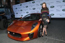 Hannah Herzsprung vicina a una Jaguar C-X75 durante la presentazione dei veicoli Jaguar Land Rover a