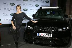Anja Kling durante la presentazione dei veicoli Jaguar Land Rover apparsi nel nuovo film di James Bo
