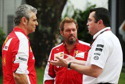Maurizio Arrivabene, Ferrari director del equipo con Gino Rosato, Ferrari y Eric Boullier, McLaren R