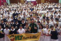 Darryl O'Young Race to Win etkinliğini tanıtmak için ortaokulda