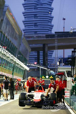 El coche de Alejandro Rossi, Manor Marussia F1 Team es empujado por los mecánicos a las verificacion
