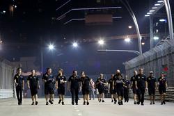 أعضاء فريق لوتس يسيرون على الحلبة