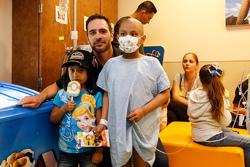 Jimmie Johnson, Hendrick Motorsports Chevrolet visita la sala de pediatría en la Universidad de Kans
