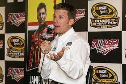 Jamie McMurray, Chip Ganassi Racing Chevrolet con i giornalisti e i ragazzi a Talladega