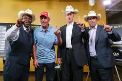 Clint Bowyer, Michael Waltrip Racing Toyota se unieron con los fans y la prensa en el Texas Motor Sp