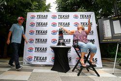Clint Bowyer Texas Motor Pisti'nde basın ve hayranlarla birlikte