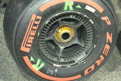 McLaren MP4-30, mozzo anteriore forato
