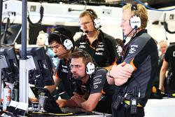 Junio Matsuzaki, Ingeniero de neumáticos Sahara Force India F1 Team con Mark Gray, Sahara Force India F1 Team y Andrew Green, Sahara Force India F1 Team Director Técnico