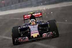 Carlos Sainz Jr, Scuderia Toro Rosso STR10 sends sparks flying