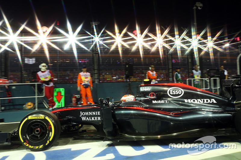 Jenson Button, McLaren MP4-30, beim Verlassen der Box