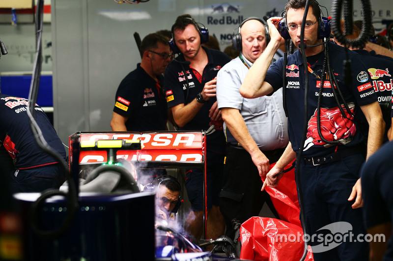 Pirelli-Ingenieure entfernen das kaputte Hinterrad von Carlos Sainz Jr., Scuderia Toro Rosso STR10,