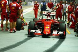 Sebastian Vettel, Ferrari SF15-T practices a pit stop